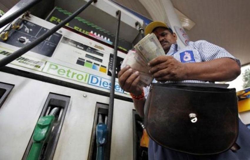 ریکارڈ توڑ رہے ہیں پیٹرول-ڈیزل کی قیمتیں