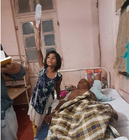 اورنگ آباد: سرکاری ہسپتال کا حال، اسٹانڈ کی جگہ بچی کو ہی پکڑا دیا گلوکوز کی بوتل