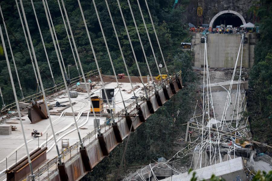 کولمبیا میں تعمیری پل گرنے سے 10 مزدور ہلاک، بچاؤ آپریشن جاری