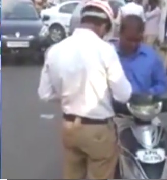 حیدرآباد میں ٹریفک پولیس اہلکار رشوت لیتے ہوئے کیمرے میں قید