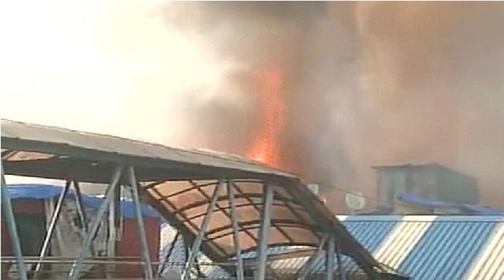 ممبئی: باندرا اسٹیشن کے قریب سلم علاقہ میں لگی آگ