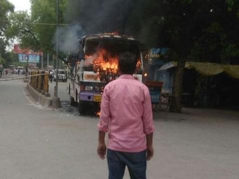 الہ آباد میں وکیل کو گولی مار کر قتل، احتجاج میں بس کو آگ لگائی