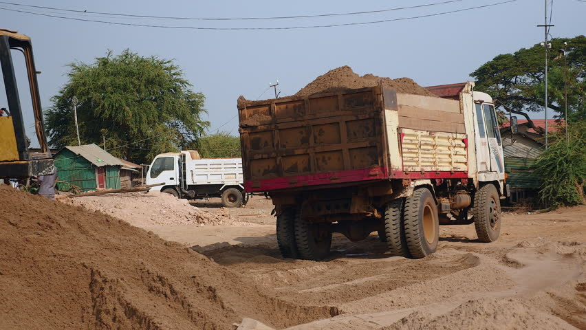 ریت سے بھرے  ٹرک الٹنے سے 8 مزدوروں کی موت 8 زخمی