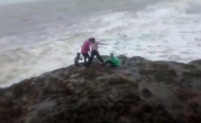 سیلفی لینے کے چکر میں گئی جان، سمندر کنارے پر بلند لہروں میں بہے تین نوجوان