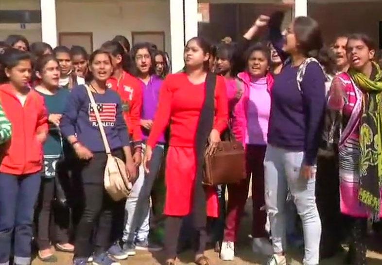 دہلی یونیورسٹی کے طالب علم نے پروفیسر کو مارا تھپڑ، کہا گندے پیغامات بھیج کر باہر ملنے بلاتا تھا