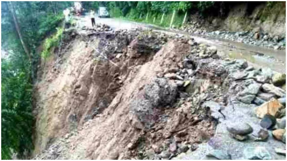 ہماچل پردیش: زمین کھسکنے سے کھائی میں گری کار، 6 کی موت