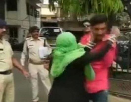 پولیس کے سامنے عصمت دری کی شکار لڑکی کی ماں نے ملزم کی پٹائی کردی