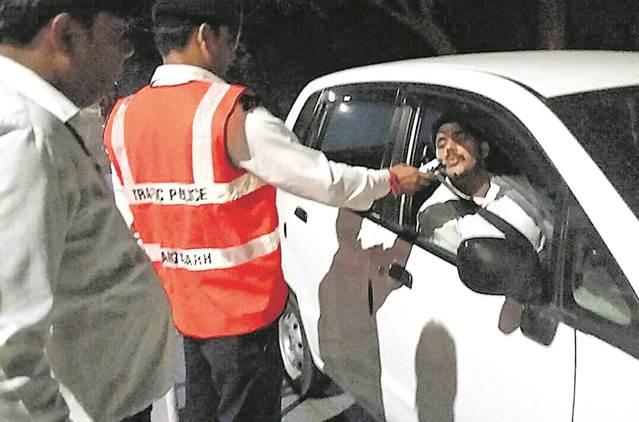حیدرآباد میں حالت نشہ میں گاڑیاں چلانے والوں کے خلاف مہم- پولیس سے خاتون کا نامناسب رویہ