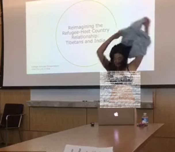 پروفیسر کے چھوٹی ڈریس پر تبصرے پر طالب علم نے اتارے کپڑے