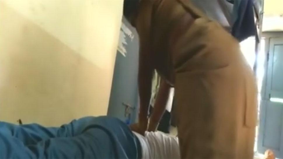 پولیس اسٹیشن میں اے ایس آئی خاتون ہوم گارڈ سے کروا رہا تھا مساج، ویڈیو ویرل