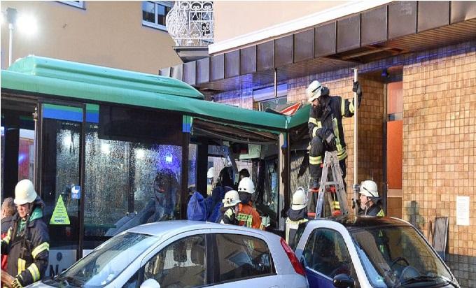 جرمنی میں اسکول بس مکان سے ٹکرا گئی، 20 افراد زخمی