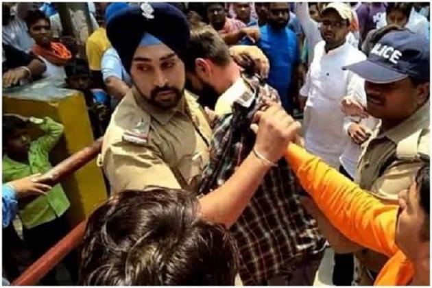 سکھ پولیس افسر نے بچائی مسلم لڑکے کی جان،بھیڑ نے گھیر لیا تھا