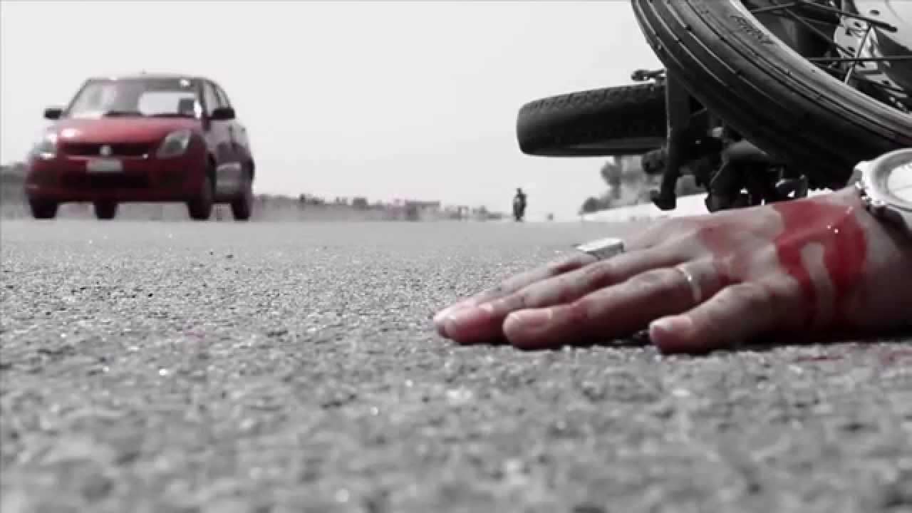 کار کی ٹکر سے فلائی اوور سے گرے نوجوان کی موت