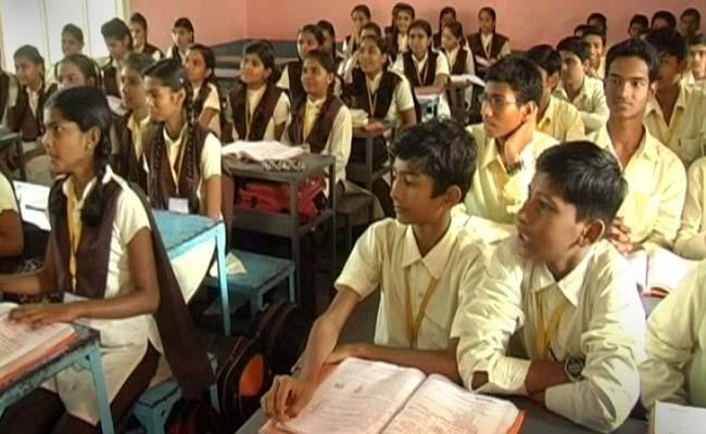 لڑکیاں لینگویج میں بہتر ہوتی ہیں اور لڑکے ریاضی میں: تحقیق