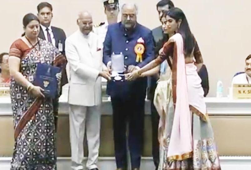 نیشنل فلم ایوارڈ: بیٹی جھانوی اور خوشی کے ساتھ بونی کپور نے لیا سری دیوی کا ایوارڈ