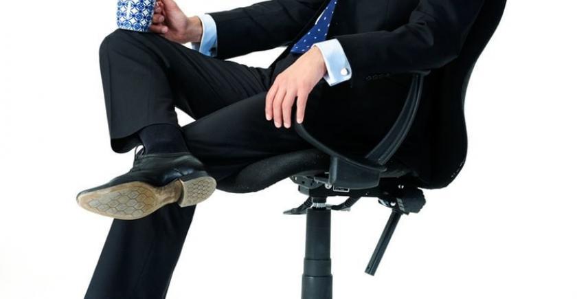 بیٹھنے کے دوران ٹانگ پر ٹانگ چڑھانا فائدہ مند؟