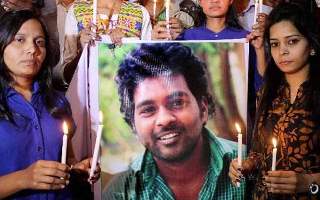 حیدرآباد سنٹرل یونیورسٹی میں روہت ویمولا کی برسی تقریب منانے سے پولیس نے روک دیا۔طلبہ کا احتجاج