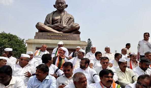کرناٹک میں جنتا دل (ایس) اور کانگریس ممبران اسمبلی کا احتجاج و مظاہرہ