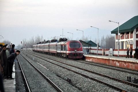 کشمیر: ریل پٹریوں اور سگنل سسٹم کی مرمت کا کام جاری، خدمات دوسرے دن بھی معطل