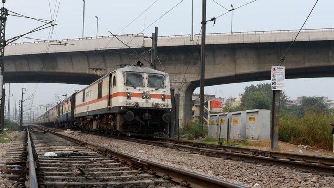 نئی دہلی میں ٹرین کی پٹری پر سیلفی لیتے ہوئے دو نوجوان ہلاک