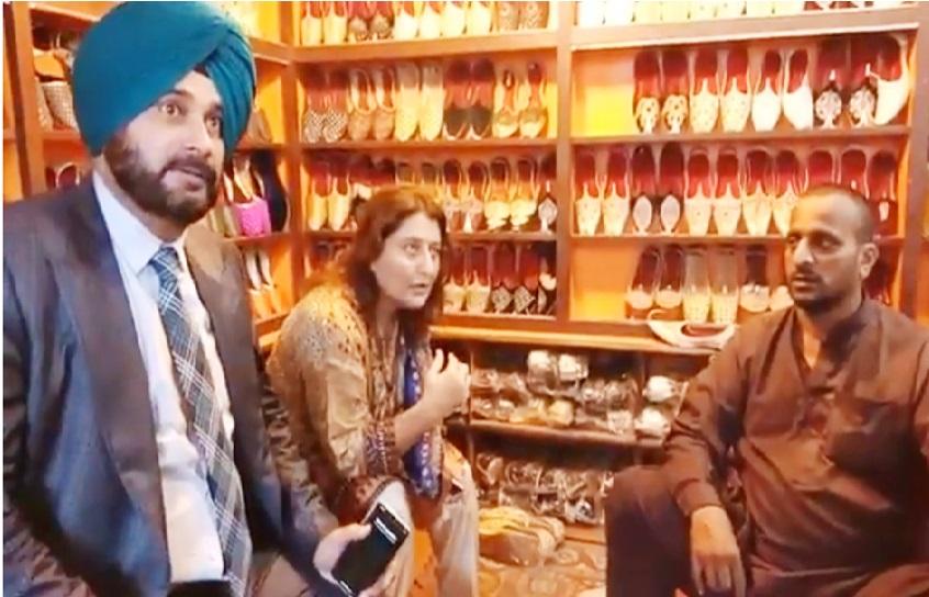 پاکستان میں سدھو نے کی شاپنگ، خریدے اسلام آباد کے یہ خاص جوتے