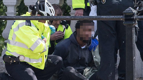 برطانیہ: چاقو سے لیس شخص بکنگھم پیلس کے سامنے سے گرفتار