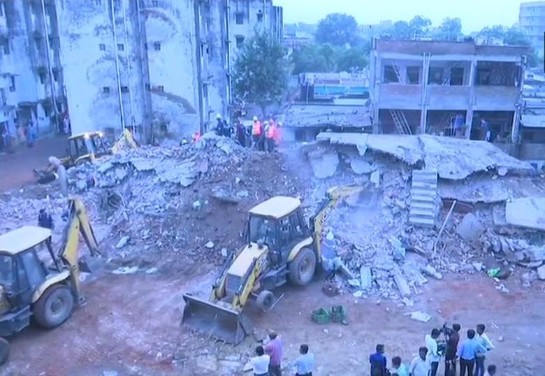 احمدآباد میں دو عمارات گر گئی، 4 افراد کو بچایا گیا، 5 کے دبے ہونے کا اندیشہ
