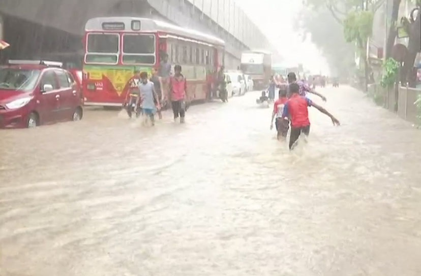 ممبئی میں زبردست بارش، کئی جگہوں پر سڑکیں تلاب میں تبدیل