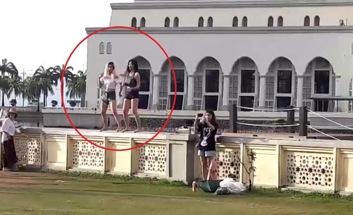 ملیشیا کی ایک مسجد کے سامنے دو لڑکیوں کے ناچنے کا ویڈیو وائرل
