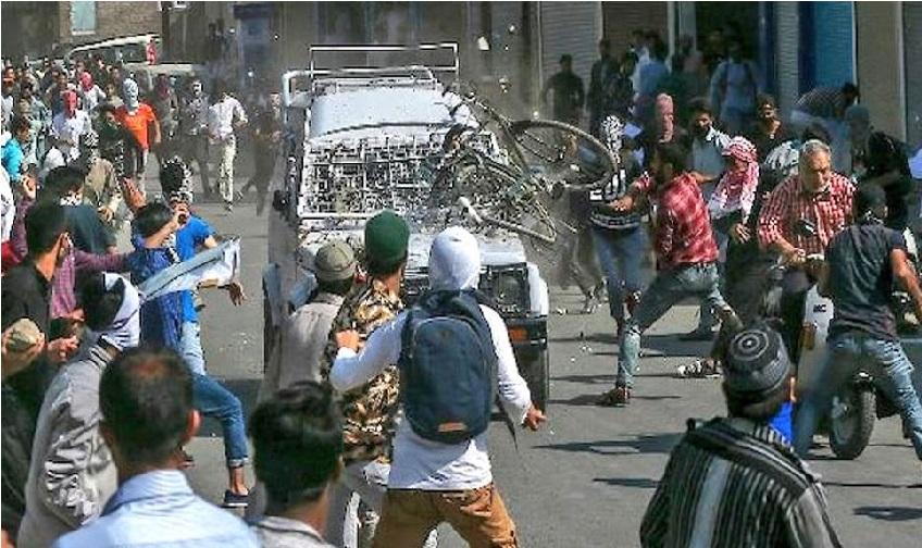 دہشت گردوں کی موت پر کشمیر میں پھر تنازعہ: فوج پر برسائے پتھر