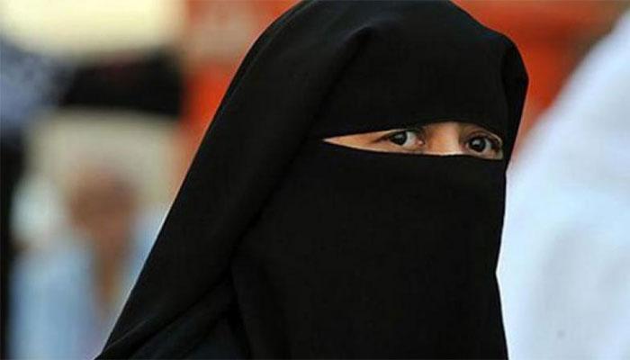 جب مسلمان عورت کو حجاب ہٹانے کو کہا گیا