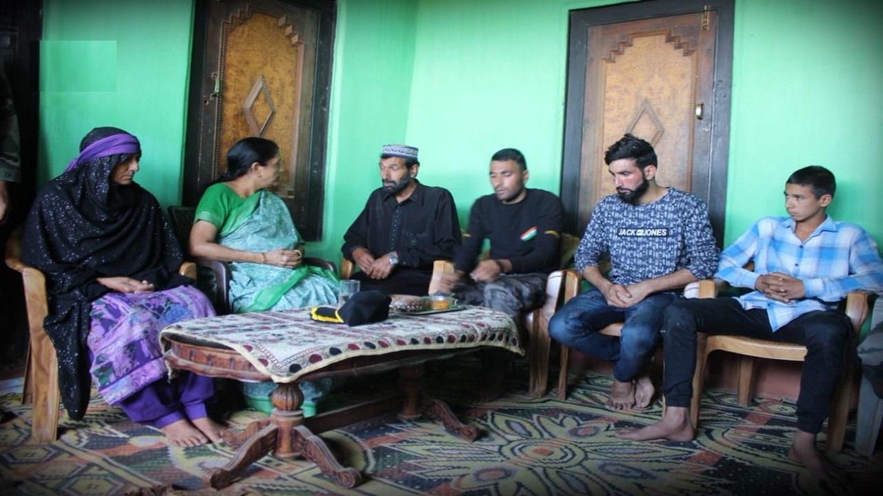 وزیر دفاع نرملا سیتارمن کی پونچھ میں اورنگ زیب کے افراد خاندان سے ملاقات