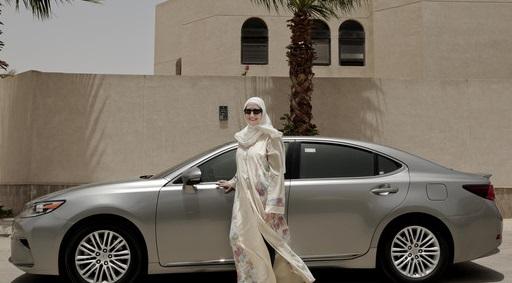 سعودی ٹیکسی سروس کریم اور اُوبر کی پہلی خاتون کپتانوں نے ڈرائیونگ شروع کردی