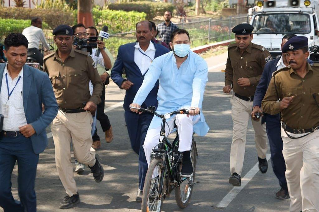 پٹرول ۔ ڈیژل کی بڑھتی قیمتوں کے خلاف احتجاج میں تیجسوی سائیکل سے پہنچے اسمبلی