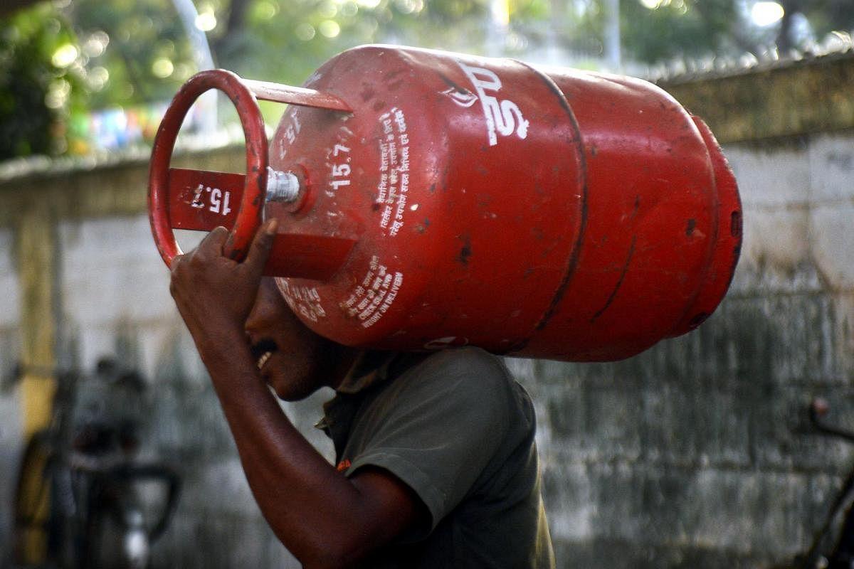 غیر سبسیڈی گیس سلینڈر کی قیمت میں پھر 15 روپے کا اضافہ