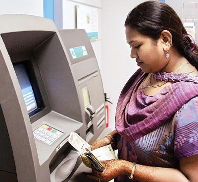 ایس بی آئی نے کم کردی ATM سے پیسہ نکالنے کی حد، ایک دن میں صرف 20 ہزار نکال پائیں گے