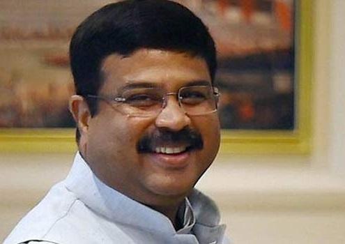 آہستہ آہستہ کم ہونی چاہئیں پٹرول اور ڈیزل کی قیمتیں: پٹرولیم وزیر پردھان