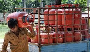 سبسڈی والے رسوئی گیس سلنڈر کی قیمت بڑھانے کا حکم واپس