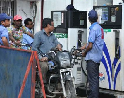 مسلسل تیسرے دن پٹرول-ڈیزل کی قیمتوں میں اضافہ