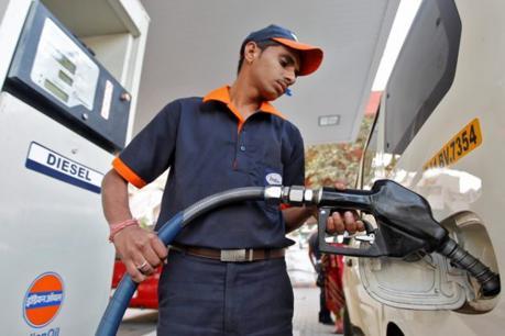80 روپے فی لیٹر ہوا پیٹرول، 85 روپے کے پار پہنچ سکتی ہے قیمت نئی
