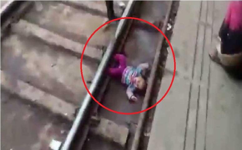 ایک سال کی بچی ہاتھ سے چھوٹ کر ٹرین کی پٹریوں پر گری، اور ٹرین بھی گذرگئی