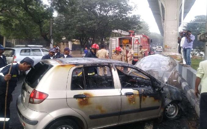 حیدرآباد:لکڑی کے پل کے قریب کار میں اچانک لگی آگ: کوئی جانی نقصان نہیں