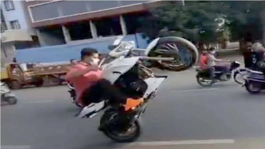 حیدرآباد میں نوجوانوں کی جانب سے بائیک ریسنگ اور خطرناک اسٹنٹس، ویڈیو وائرل