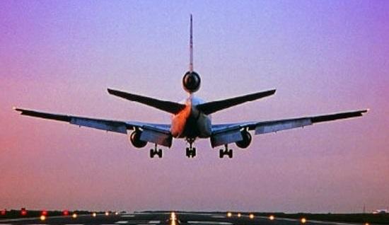 طالب علم نے جہاز میں اتارے کپڑے، ایئرہوسٹس سے کی بدتمیزی