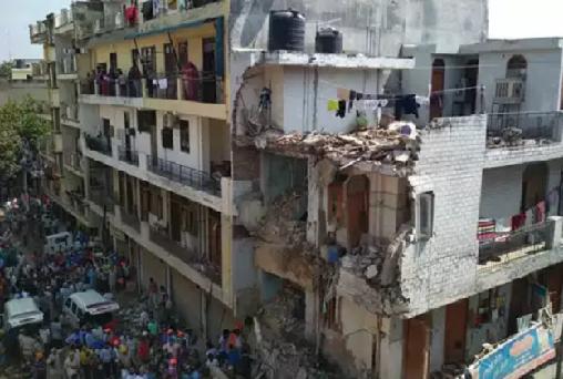 تین منزلہ عمارت دہلی میں مہندم، 4 بچوں کی موت، لوگوں کے دبے ہونے کاخدشہ