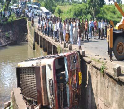 کشمیر میں بس دریا میں گری:32ہلاک