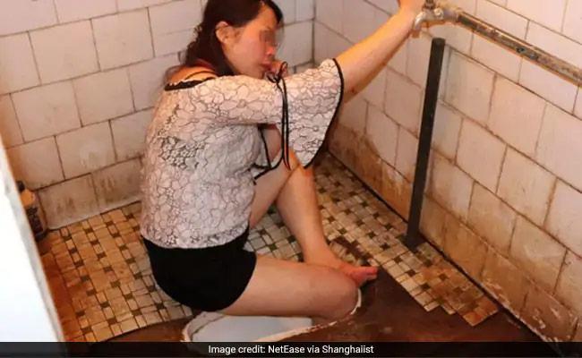 شراب پینے کے بعد نشے میں باتھ روم گئی لڑکی: ٹوائلٹ میں پھنس گیا پیر