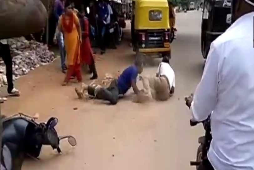 کرناٹک میں ایک شرابی شخص نے دو ٹریفک پولیس والوں کی پٹائی کردی