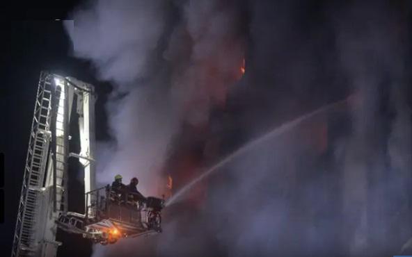 بنگلہ دیش کی فیکٹری میں زبردست آگ ، 52 افراد ہلاک اور درجنوں زخمی