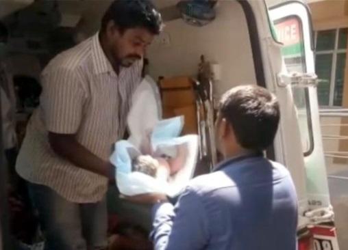 اگادی پر پر ہسپتال میں ڈاکٹر نہیں ہونے سے خاتون نے سڑک پر دیا بچے کو جنم